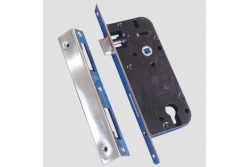 ZÁR EU-ELZ.4320 CIL.SAR.45/90/22/8  G525A248S0  Az  N°4320  hengerzárbetétes  bevésőzár  lakások,  épületek  bejárati  ajtóinak illetve átmeneti épületajtók rögzítésére és bezárására alkalmas.  Biztonsági fokozat: 4 (MSZ 528-78)   A zár 20-25 kg/m2 ajtó számára alkalmas.  Műszaki feltételek száma: MF 246-07.  Csapda átállítás: az átállító gyűrűt a csapdaszárról lepattintjuk, a csapdát a zártestbe nyomva megfordítjuk. Ezután a csapdát visszaengedjük a perem csapdanyílásán    keresztül    és    az    átállító    gyűrűt    visszapattintjuk    a csapdaszárra.