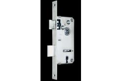 ZÁR EU-ELZ.381/35 MIGN BEV.ZÁR 2K  G531E11000  Az N° 3381/35 Mignon bevéső ajtózár épületajtók rögzítésére és bezárására alkalmas. Biztonsági fokozat: 2 (MSZ 528-78). A zár 20-25 kg/m2ajtó számára alkalmas. Műszaki feltételek száma: MF 001A  csapda  átállításához  a  rajta  lévő  csavart  kicsavarjuk  (benyomott csapdaálláskor).  Ezt  követően  a  csapdafejet  kivesszük  a  zártestből,  majd fordítva visszahelyezzük. Ha készen vagyunk, a csavart visszacsavarjuk.