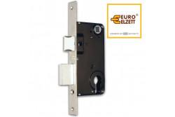 ZÁR EU-ELZ.709/D HENGERZ.BEV ZÁR  G536A13000  árbetéttel működtethető 2x ráfordítható zár. Balos és jobbos ajtókhoz egyaránt használható, a csapda egyszerűen átfordítható benne. Az ajtó tokjára kerülő záróelemez a tartozéka.